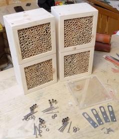 Nistblock-Set für Wildbienen und nützliche Insekten mit Vogelschutz aus wetterfestem, UV-beständigem Acrylglas