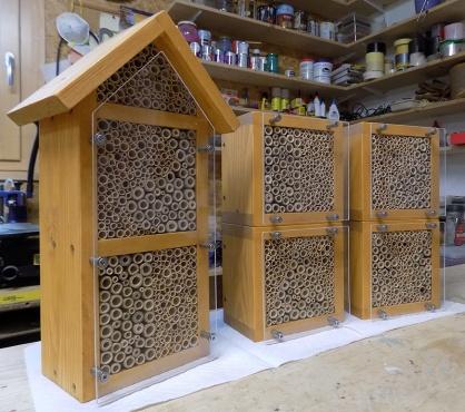 fertige Wildbienen/Insekten Nisthilfen mit montiertem Vogelschutz aus Acrylglas